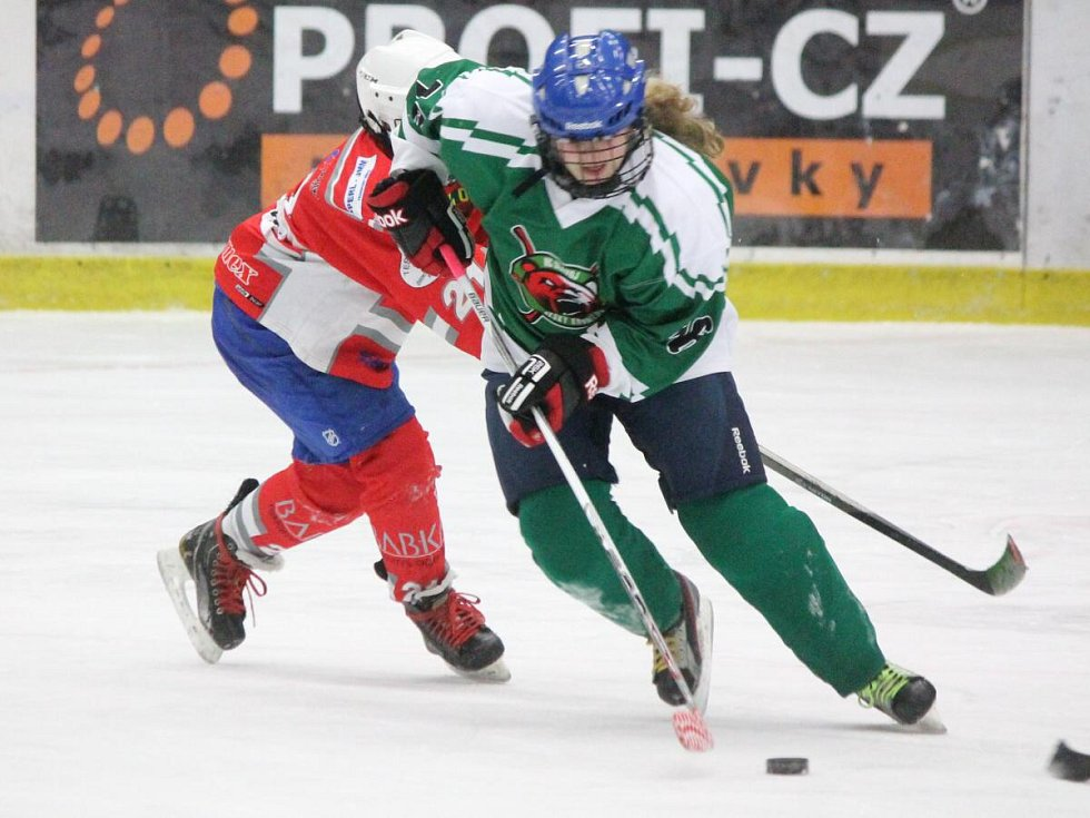 Liga mladších žáků: HC Klatovy (v červeném) - HC Český Krumlov 4:5.