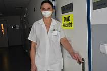 Primářka ARO Miriam Gredová u dveří covidové jednotky intenzivní péče. Dovnitř redaktor pochopitelně nemohl.