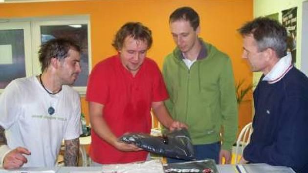Na bednu se v premiérovém amatérském tenisovém turnaji v přetlakové hale probojovali Martin Vospěl, Tomáš Nachtigal a Jiří Valík (zleva). Vpravo je  jeden z organizátorů Jindřich Knödl.