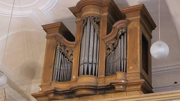 Varhany v kostele v Dlouhé Vsi.