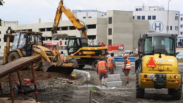 Práce na kruhovém objezdu u nové Klatovské nemocnice jsou v plném proudu