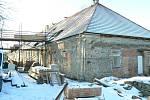 Oprava hospodářského objektu hradu Velhartice.