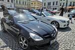 Vozy Mercedes-Benz na náměstí v Klatovech.