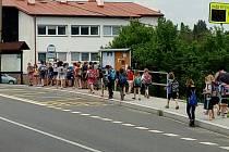 Děti na zastávce v Čachrově.