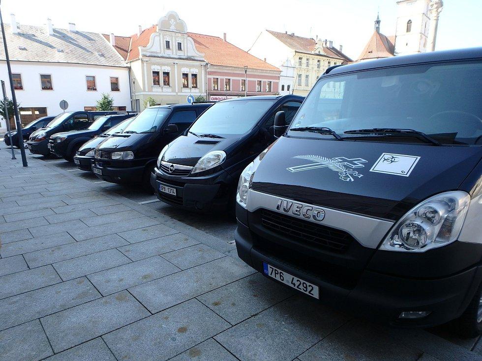 Svatba pracovníka pohřební služby v Horažďovicích. V koloně bylo šest pohřebních aut.