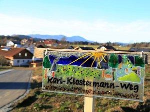 Ve Frauenau mají ulici Karla Klostermanna.