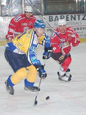 Klatovští hokejisté (v červeném) porazili ve třetím utkání druholigových vyřazovacích bojů Písek 4:0 a snížili stav sérii úvodního kola play off na 1:2. U puku je písecký Karel Mošovský, stíhá jej klatovský Richard Kepl, vlevo vzadu je Martin Holý.