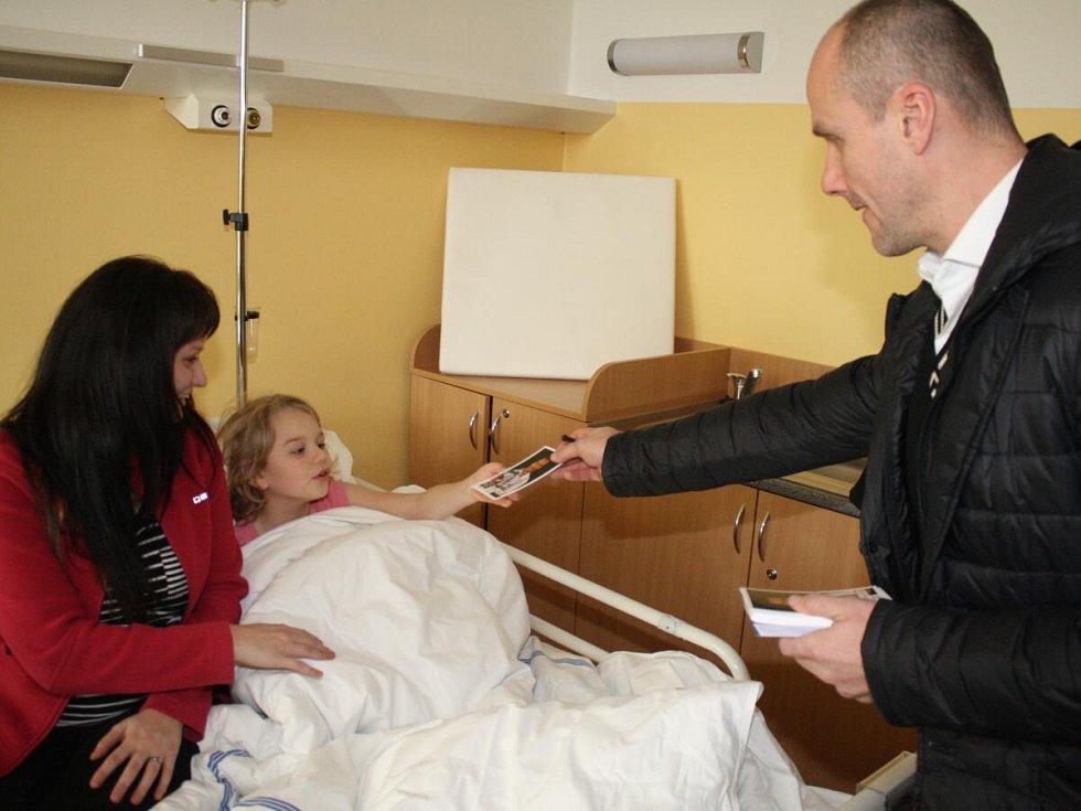 Martin Straka a Michal Dvořák spolu se zástupci HC Klatovy navštívili dětské oddělení Klatovské nemocnice.