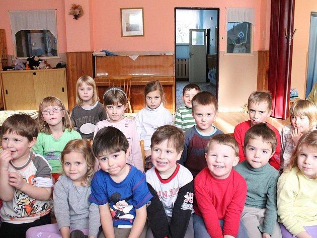 Děti ze třídy s waldorfskou pedagogikou čekají na čtení pohádky.