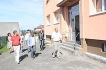 KOLAUDACI zateplení kulturního domu měli v pondělí na programu v Bolešinech (vpravo starosta obce Josef Sommer).