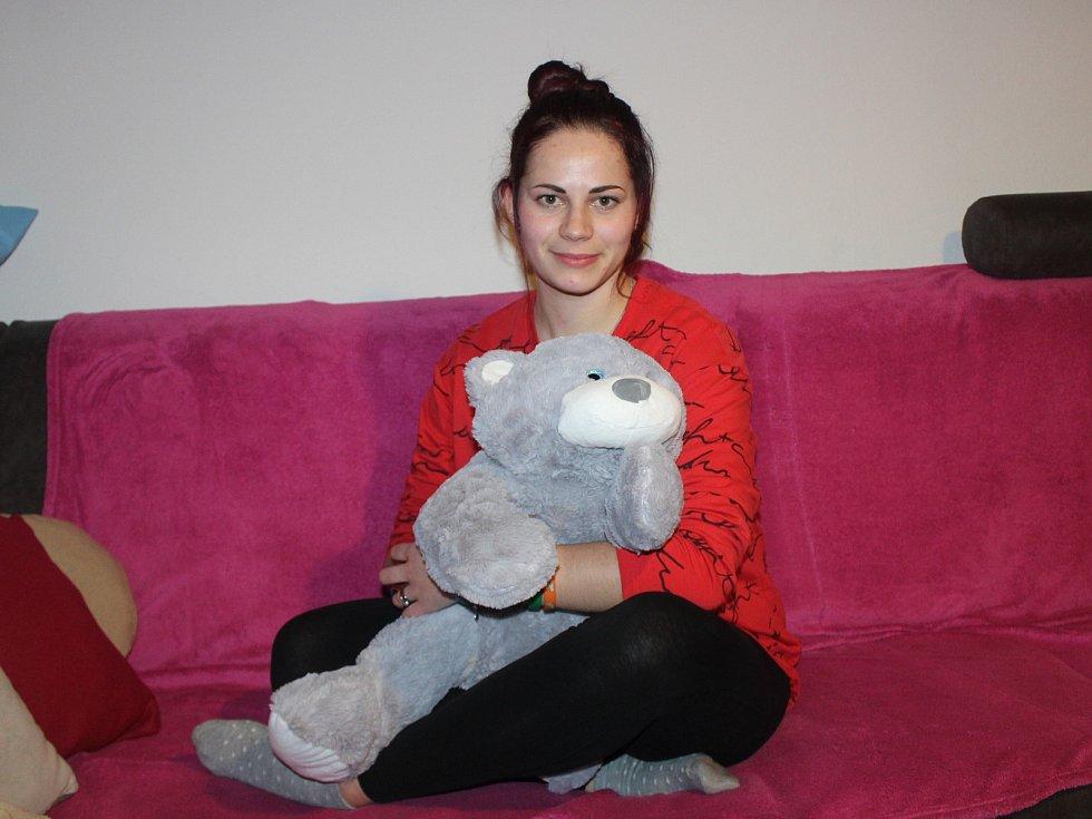 Eliška Gaja Fuxová, která se měla jmenovat Půlnoční bouře, s plyšákem v dětském domově.