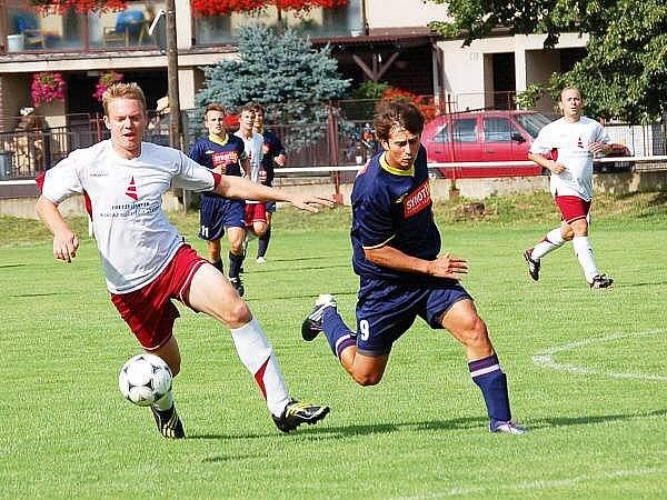 Fotbalisté Sokola Mochtín (bílé dresy) si k přípravnému utkání pozvali silný tým domažlické rezervy.