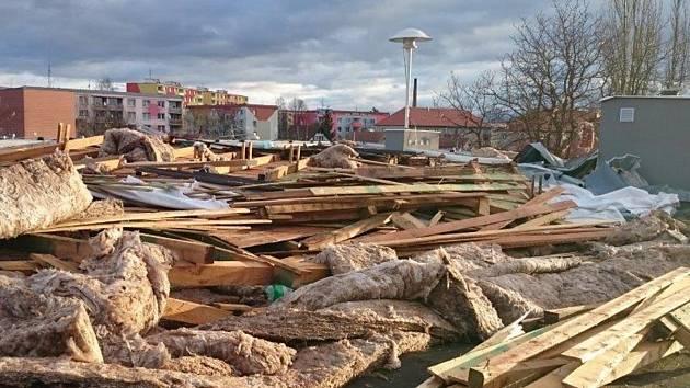 Zničená střecha hasičské zbrojnice v Horažďovicích.
