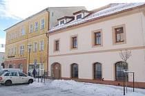 Na snímku je současný stav objektu tzv. Galerie, vlevo je hlavní budova muzea, která se bude opravovat ve třetí etapě.