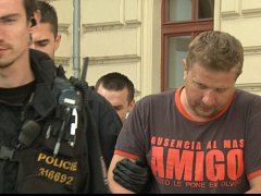 Policisté vedou Klatovana Jiřího H., který si měl objednat vraždu svého známého