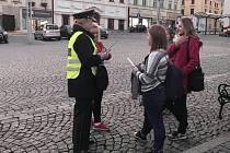 Policie při preventivní akci rozdávala pásky a přívěsky s reflexními prvky.