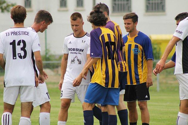 V sobotu vzplane v Přešticích nelitostná divizní bitva mezi domácími fotbalisty (na snímku v bílých dresech) a Doubravkou (na snímku hráči ve žlutomodrém).