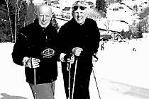 Emil Kintzl (vlevo) s Jaroslavem Soukupem na lyžích.