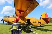 """Hasiči si u Prášil na Šumavě vyzkoušeli plnění vodní nádrže letounu An-2 """"Andula"""" za pomocí požární techniky."""
