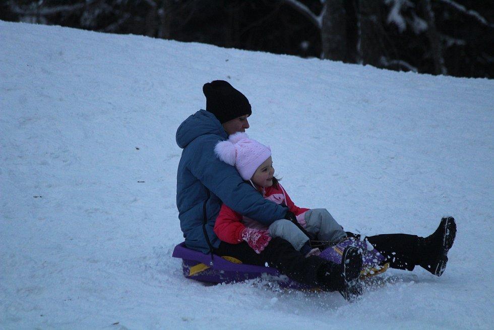 Zimní kemp v Železné Rudě a děti na vedlejší sjezdovce.