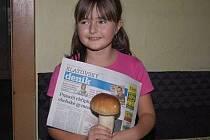 """KVŮLI """"nevěřícím Tomášům"""" se Martinka vyfotila nejen s hřibem, ale i Klatovským deníkem ze 13. listopadu."""