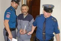 Pavla Koldu přivedla k soudu eskorta, neboť si už odpykává jeden trest za řízení v opilosti.