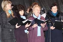 Zpívání koled.