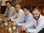Za výborné výsledky v sezoně 2016/2017 v barvách Škody Plzeň byli na klatovské radnici oceněni starostou města Rudolfem Salvetrem odchovanci klatovského hokeje.