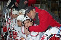 Asistent trenéra druholigových hokejistů SHC Klatovy Pavel Čuban byl po vítězství v Táboře nadmíru spokojený. Na snímku je s Lukášem Holubem.