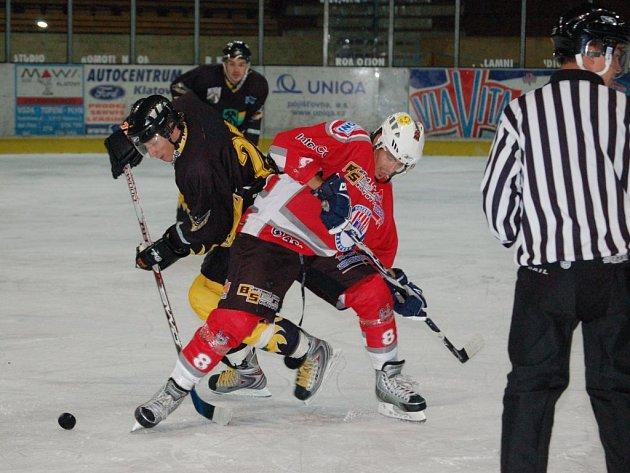 Dva z pouhých čtyř přípravných zápasů na ročník 2008/2009 sehráli hokejisté Klatov se Sokolovem, s nímž se budou potkávat i v  bojích o body do druholigové tabulky.  Na  snímku  z  duelu, který Klatovy vyhrály 4:3, je v akci klatovský útočník Richard Kepl