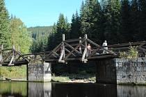 Hradlový most u Modravy je v havarijním stavu. Plánovaná rekonstrukce ho uzavře pro veškerý provoz od 18. října 2021 do června 2022.