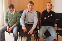 Obžalovaní Petr Smolík, Václav Lorenc a Petr Lorenc (zleva) v soudní síni.