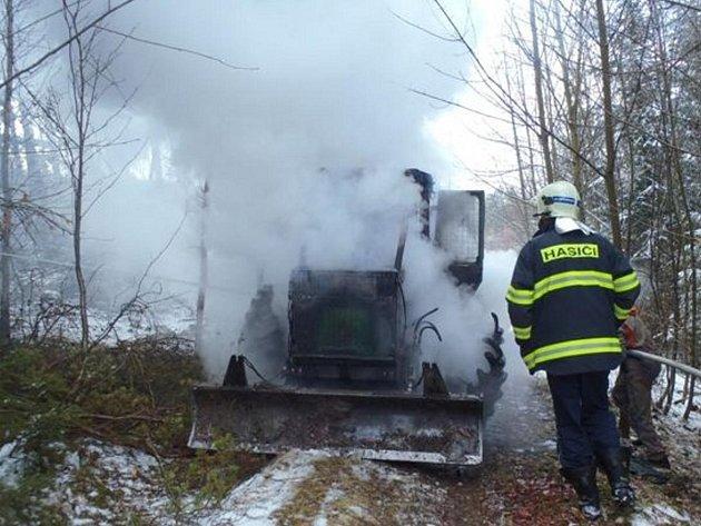 Požár traktoru nedaleko Mačic
