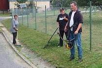 Při sečení a úklidu trávy jsme v Dlouhé Vsi zastihli Hanu Dryjovou, Petru Šebelíkovou a Aleše Hubeného.