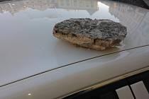 Z klatovské radnice spadl na auto kámen