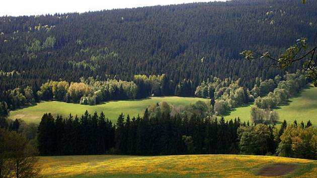 V údolí se otevře Šumava v plné kráse.