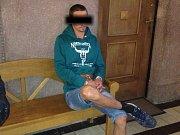 P. J. čeká na chodbě klatovského soudu na vazební zasedání.
