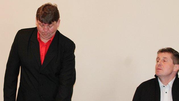 Zdeněk Chudý (vlevo) a Bohumil Daněk u klatovského soudu.