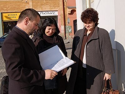 Členové petičního výboru Karel Zrůbek, Jitka Englerová a Martina Dufková předali v pondělí na radnici v Horažďovicích petici požadující mimo jiné svolání mimořádného zasedání zastupitelstva k prodeji bytů.