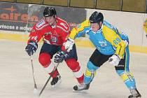 Krajská liga mužů: HC Klatovy B (v červeném) - TJ Apollo Kaznějov 4:3.