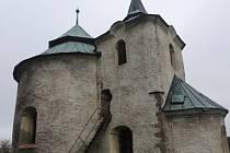 Asi 15 km severně od města Sušice leží malá obec Zborovy. Můžete si zde mohou prohlédnout kostelík sv. Jana Křtitele, což je původně románská rotunda z 12. století.
