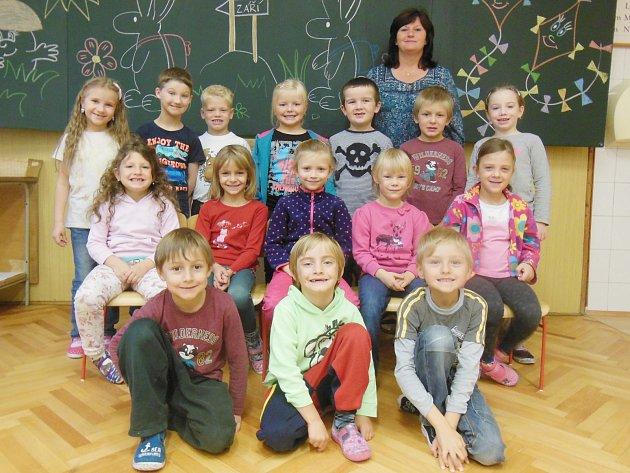 Žáci první třídy ze ZŠ Chanovice střídní učitelkou Hanou Šebkovou.