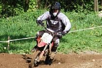 Na Hradišti u Mochtína se jel další závod terénních motocyklů. Snímky jsou z  z rozjížďky třídy pitbike a YUKI+.