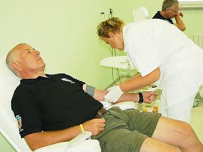 Pavel Veverka z NP Šumava při odběru.
