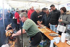Mistrovství Šumavy v opékání prasat v Hartmanicích