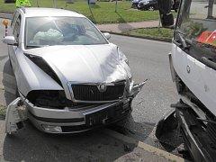 Nehoda v Klatovech, kde nákladní vůz narazil do viaduktu a poté do osobního auta.