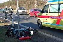 Motocyklista utrpěl těžké zranění.