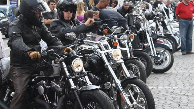 Start prvního ročníku vyjížďky 500 mil Bohemia za účasti 130 jezdců na Harley - Davidson a Buell