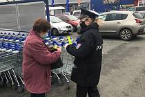 Policejní akce u obchodů v Klatovech.