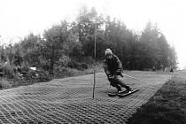 1980 – lyžování na plastových kartáčích vyrobených v Okule Nýrsko. Na svahu byl položen pouze úzký pruh. Foto: Archiv lyžařského oddílu